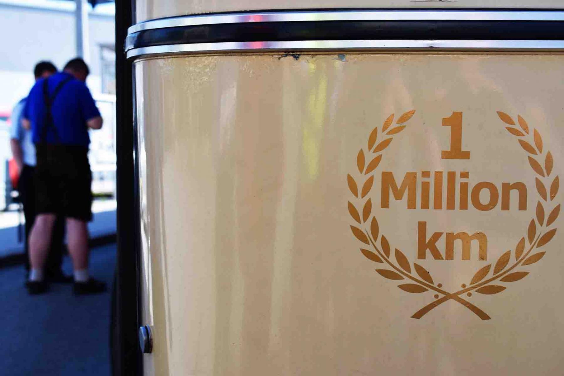 """In Itzling Pflanzmann bekam Obus 178 das """"1Million Km""""-Pickerl mit Lorbeerkranz verliehen. Foto: Jan Roider"""