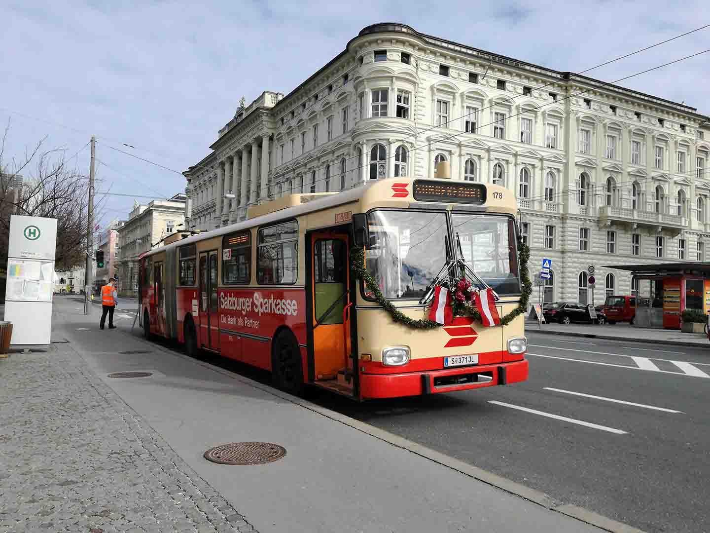 Obus 178 als Hochzeitsobus am Mirabellplatz. Foto: Jan Roider