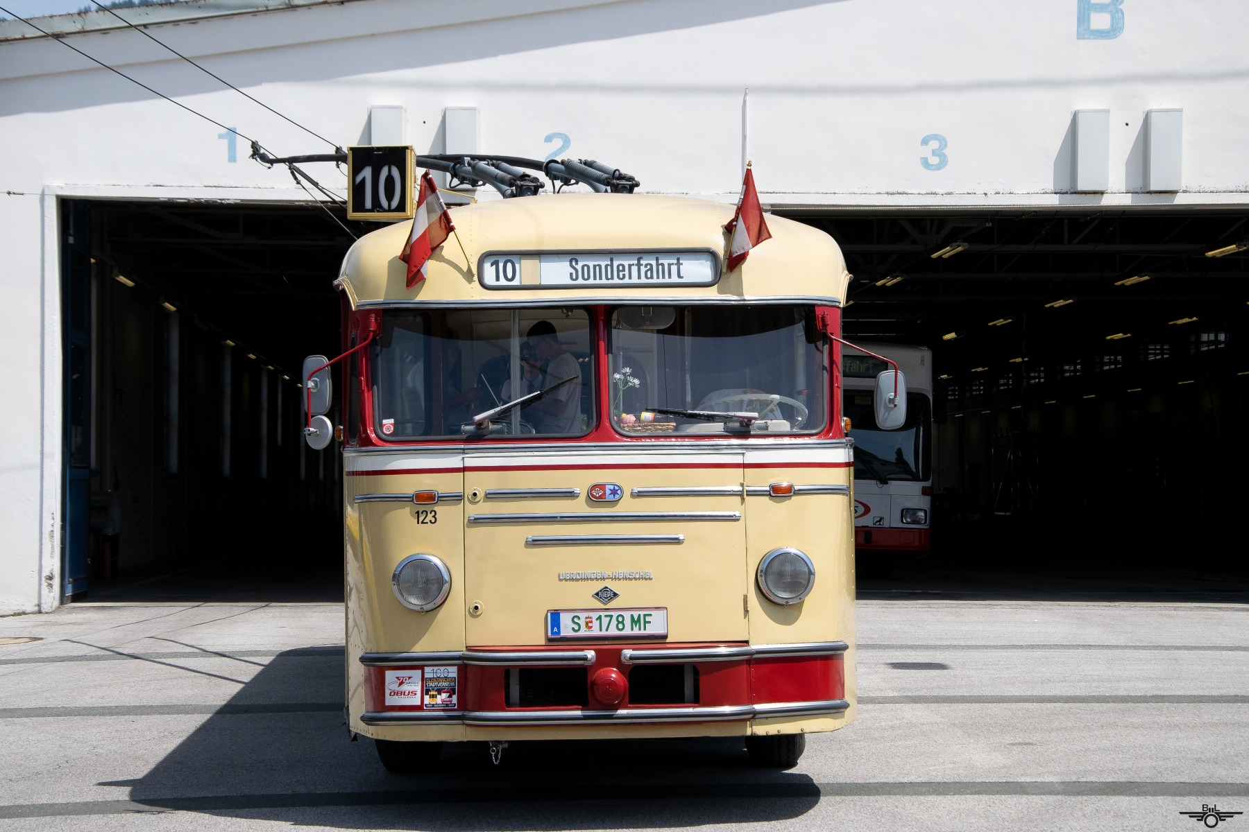 Obus 123 vor der B-Halle am Betriebshof. Foto: Jan Roider