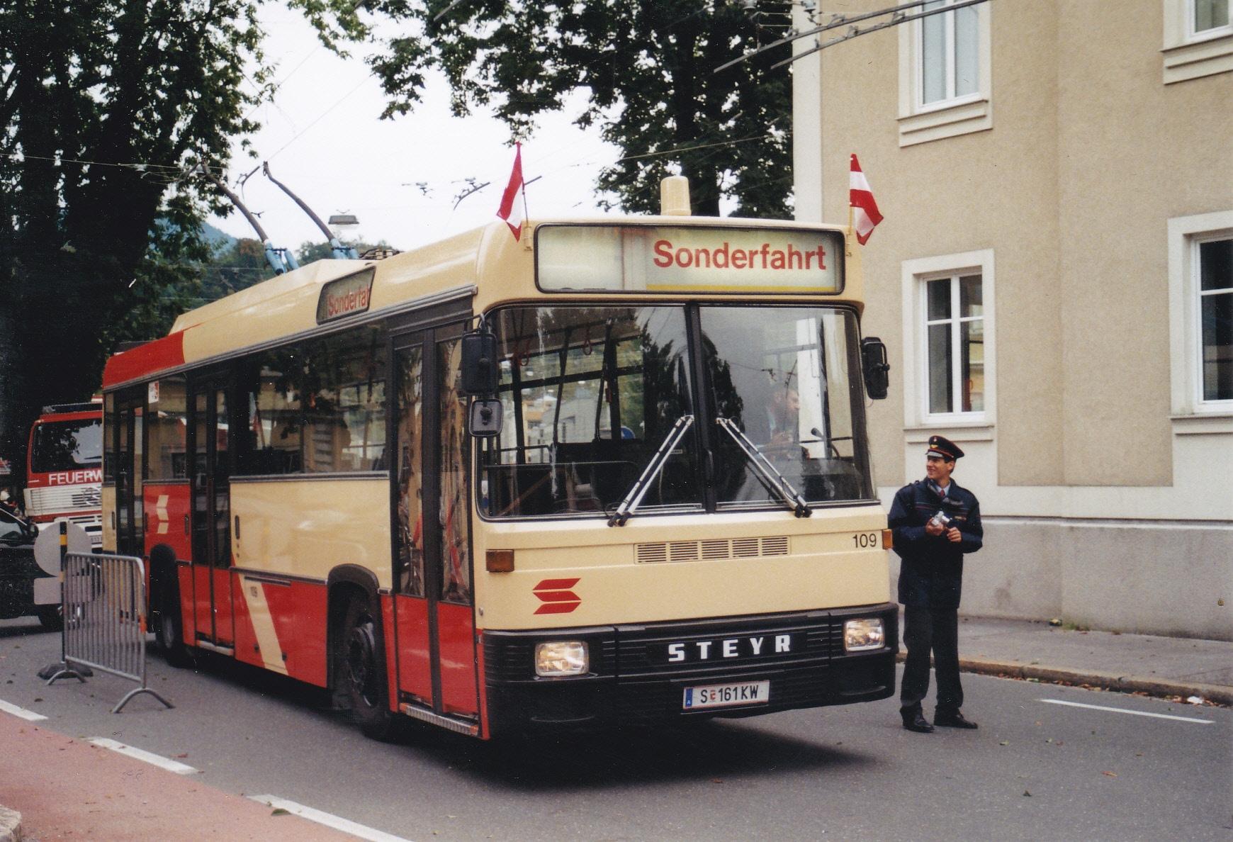 Obus 109 mit alter Broseband-Anzeige in der Maxglaner Hauptstraße. Foto: Wolfgang Proisl